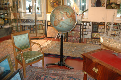 grand globe terrestre. Black Bedroom Furniture Sets. Home Design Ideas